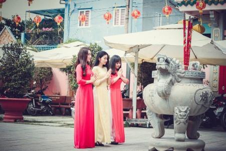 三个女人 虔诚祈祷 5k图片