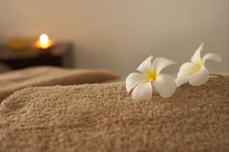 放在毯子上的花图片