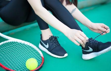 系鞋带的网球美女4K高端电脑桌面壁纸