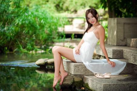 河流,阶梯,白色裙子美女5k超高清壁纸推荐