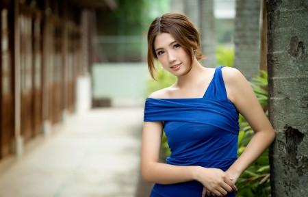 蓝色连衣裙美女模特4K高端电脑桌面壁纸