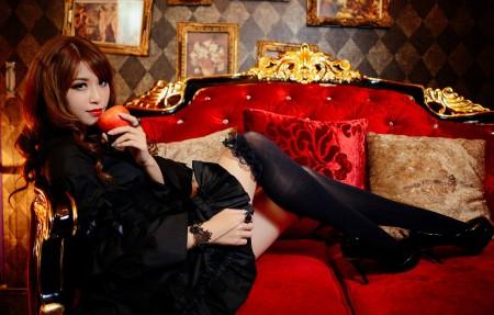 红色豪华沙发,美女,苹果,黑色裙子,黑色丝袜,4k美女高清壁纸极品游戏桌面精选