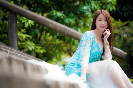 户外 蓝色裙子 小清新长发美女4k高端电脑桌面壁纸