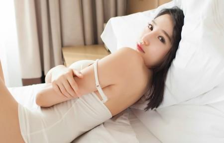 刘奕宁Lynn 白色睡衣性感美女3440x1440高端电脑桌面壁纸