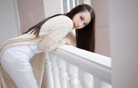 刘奕宁Lynn 白色长裤美女4K超高清壁纸推荐