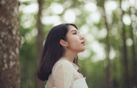 白色裙子小清新美女摄影4k图片