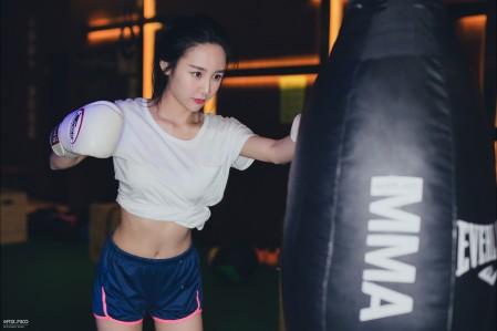 kuemma绫熙 拳击手套 健身女孩 运动美女 5K高端电脑桌面壁纸
