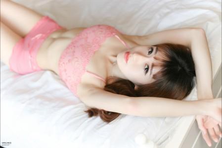 床上 粉色内衣美女 性感美女5K高端电脑桌面壁纸