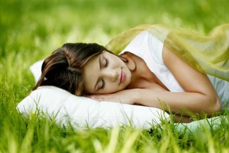 睡在草地上的女人5K超高清壁纸推荐