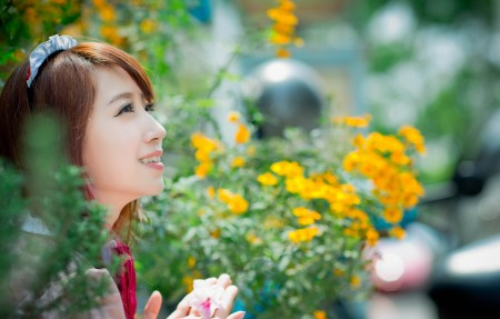 东方美女 微笑 花 3840x2160美女高端电脑桌面壁纸