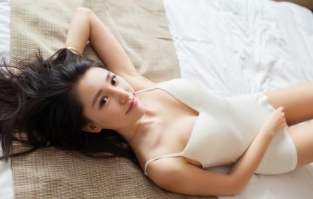 刘奕宁Lynn 白色睡衣写真 4K美女超高清壁纸推荐