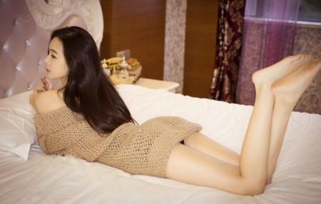 床 香肩 性感长发美女 美腿 毛衣裙 4K美女高端电脑桌面壁纸3840x2160