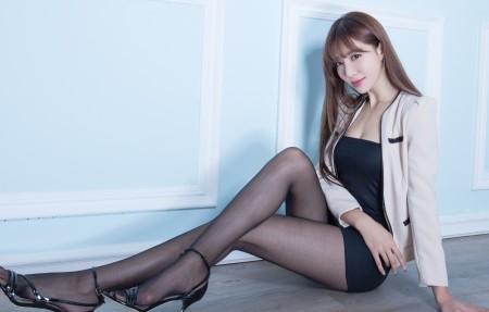 腿模Emma 黑色丝袜美腿 4K超高清壁纸推荐