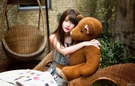 女孩与玩具熊4K高端电脑桌面壁纸