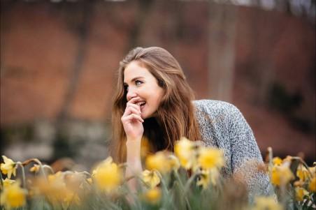 国外美女 微笑 鲜花 摄影 4K美女高端电脑桌面壁纸