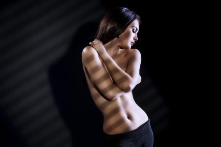 性感裸身美女艺术写真黑背景5K高端电脑桌面壁纸