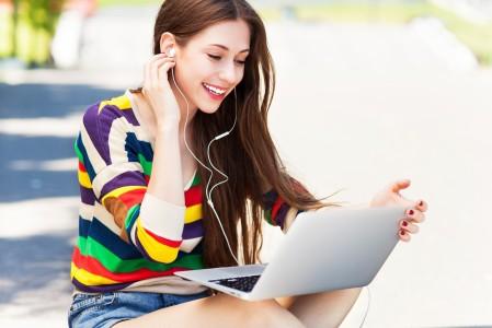 女人在户外使用笔记本电脑 可爱 微笑 5K美女高端电脑桌面壁纸