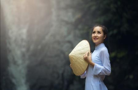 漂亮美女 白色衣服 斗笠 森林 7K美女高端电脑桌面壁纸