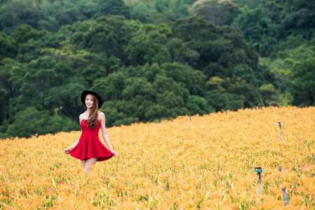 森林 丛林 美女 脸 微笑 红色礼服裙子 4K美女高端电脑桌面壁纸