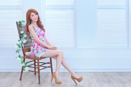 漂亮卷发美女 微笑 美腿 高跟鞋 椅子 室内写真 5K美女高端电脑桌面壁纸