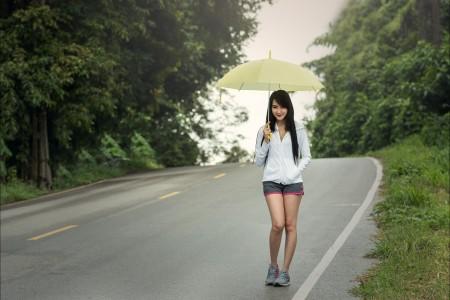 雨伞 秋天 道路 可爱女人6K图片