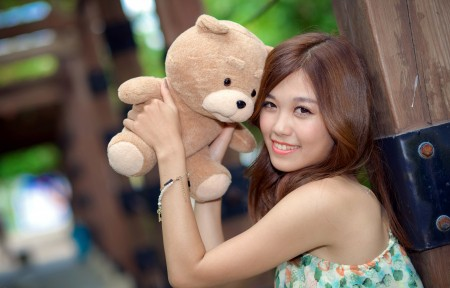 美女 微笑 小玩具熊 4K高端电脑桌面壁纸