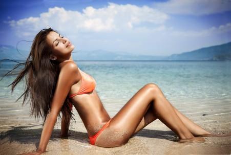海边 海滩 长发美女模特 比基尼 性感美女摄影 5K高端电脑桌面壁纸