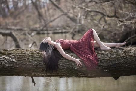 躺在树的美女4K高端电脑桌面壁纸