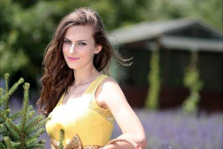 女孩 薰衣草 鲜花 黄色裙子 4K美女高端电脑桌面壁纸