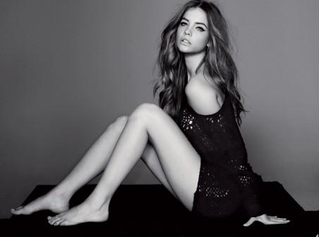 美女模特 腿 肩 黑白色 4K高端电脑桌面壁纸