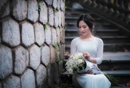 白色裙子美女 阶梯 鲜花 5K美女高清壁纸极品游戏桌面精选