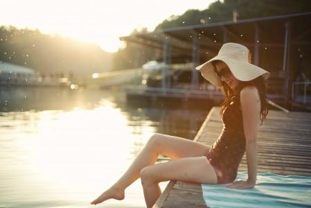 泳池 比基尼 女孩 帽子 腿 5K美女高端电脑桌面壁纸