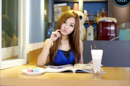 女孩 书 饮料 4K美女高端电脑桌面壁纸