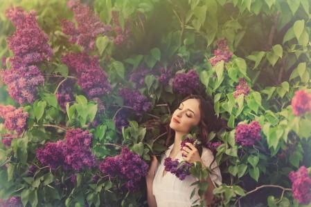 丁香花 花丛 闭眼的美女 5K美女高端电脑桌面壁纸