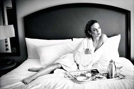 美女 睡衣 床 黑白照片 4K超高清壁纸精选