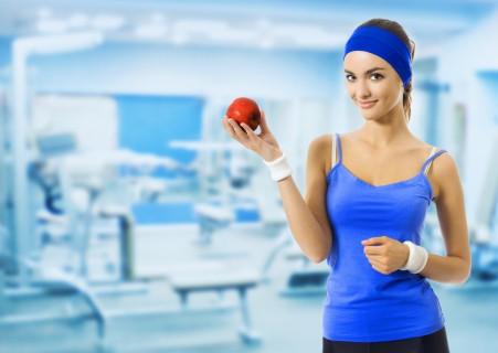 健身房运动服的女人与红苹果 5K图片