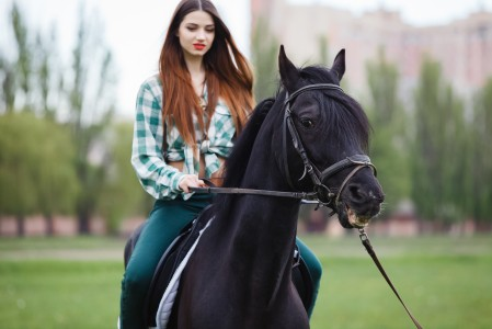 美丽的女孩骑马5K超高清壁纸精选
