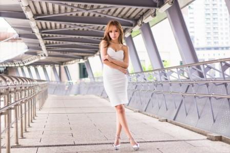 女孩的脸 头发 白色连衣裙 双腿交叉站姿 4K美女高端电脑桌面壁纸