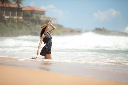 穿波点裙的美女 大海 沙滩 波浪 5k高清图片