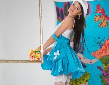 蓝色裙子 白色丝袜美女4K高端电脑桌面壁纸