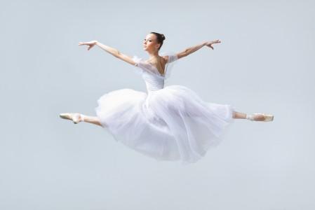 女孩跳芭蕾舞4K高端电脑桌面壁纸
