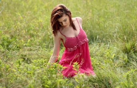 女孩 粉红色连衣裙 4K美女高端电脑桌面壁纸