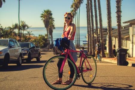 微笑的女孩 自行车 汽车 海边城市 5K美女高端电脑桌面壁纸