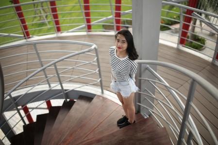 年轻的女孩 微笑 转角阶梯 摄影 5K高端电脑桌面壁纸