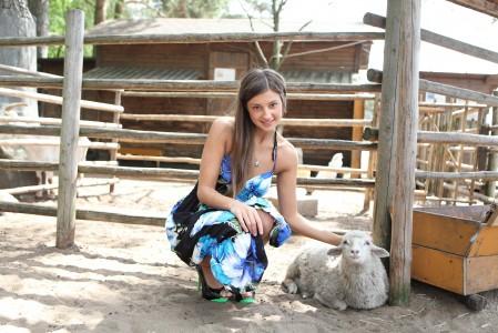 牧场 房子 美女 小绵羊 5K超高清壁纸精选