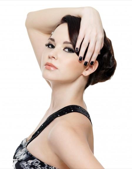 白背景单肩黑裙手搭头上的彩妆美女5K高端电脑桌面壁纸