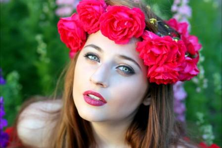 女孩 鲜花 花圈 红色玫瑰 花瓣 4K美女高端电脑桌面壁纸