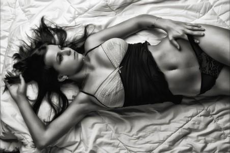 躺在床上的性感内衣模特黑白照片4K高端电脑桌面壁纸