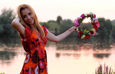 女孩 甜美笑容 日落 花圈 湖水 金发美女4K高端电脑桌面壁纸