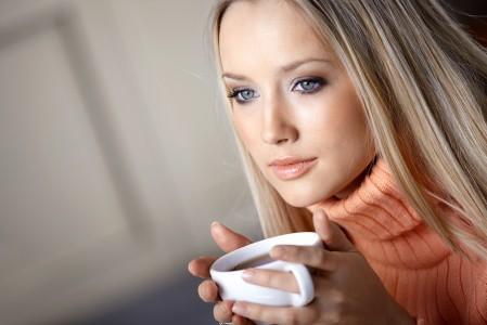 喝咖啡的美女4K高端电脑桌面壁纸
